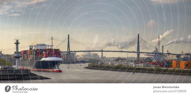 Panorama eines Containerschiffs am morgen im Hafen von Hamburg Wasser Flussufer Elbe Stadt Hauptstadt Hafenstadt bevölkert Sehenswürdigkeit Wahrzeichen