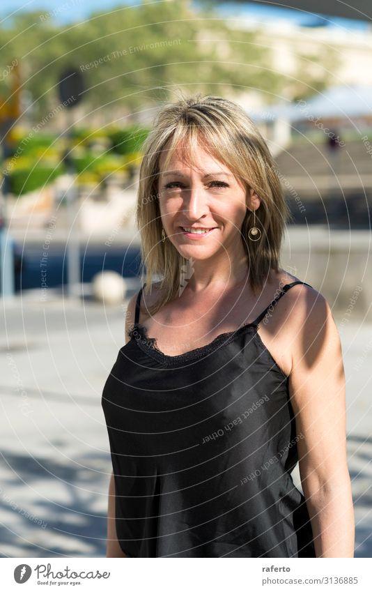 Lächelnde blonde erwachsene Frau, die im Freien steht. Glück schön Gesicht Sommer Business Fotokamera Mensch feminin Erwachsene Weiblicher Senior 1 30-45 Jahre