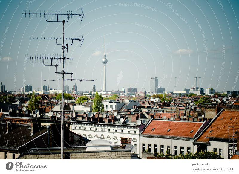 Antenne für die Stadt Himmel Schönes Wetter Neukölln Dach Hausantenne Wahrzeichen Berliner Fernsehturm authentisch Horizont Umwelt Ferne empfangsbereit