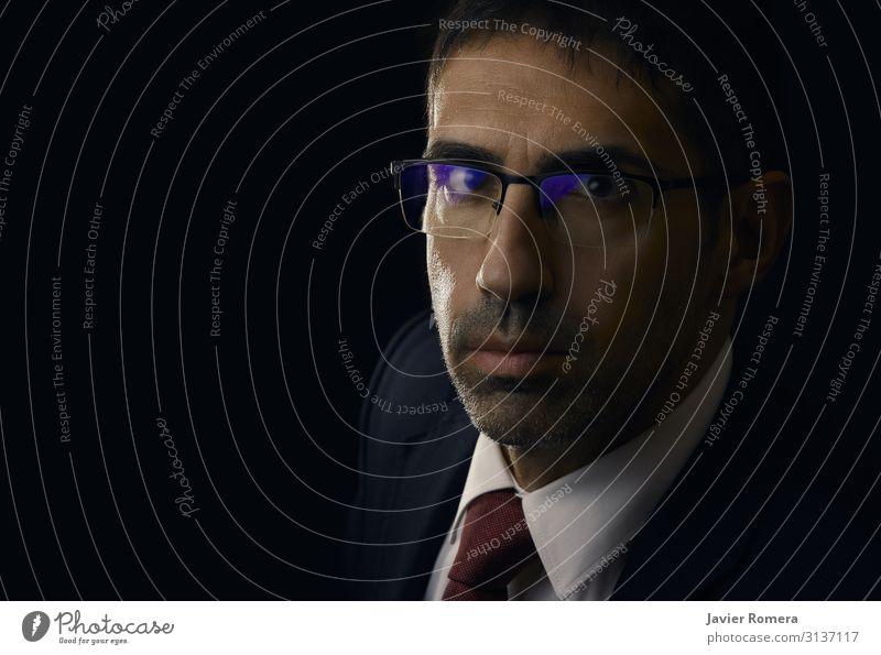 Seriöser und eleganter Anwalt, der vor der Kamera steht. Stil Arbeit & Erwerbstätigkeit Beruf Wirtschaft Kapitalwirtschaft Business Erfolg Mensch Mann