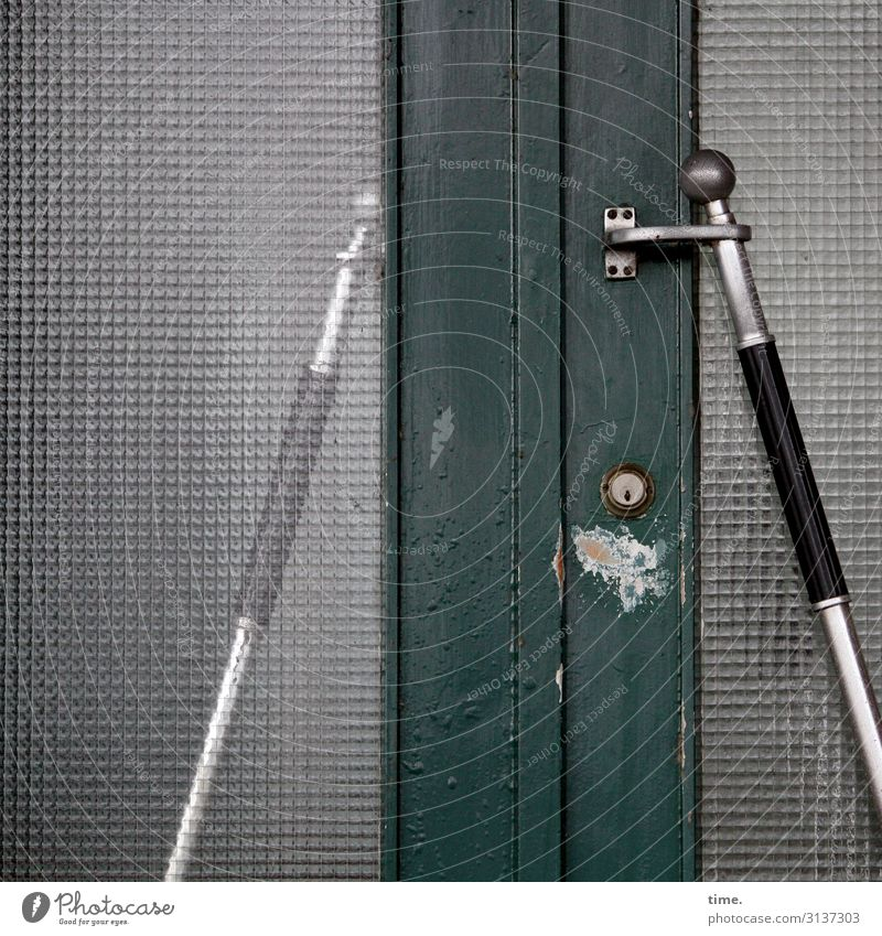 Entrees (VI) Haus Tür Eingangstür Griff Türschloss Verbundglas Holz Glas Stahl Linie Streifen alt kaputt trashig grau grün silber geduldig Leben Ausdauer Design