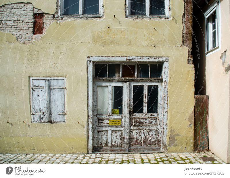 Ansicht Altstadt Städtereise lost places Nördlingen Haus Gebäude Fassade Fenster Tor Warnschild authentisch eckig historisch Wärme braun Stimmung ruhig