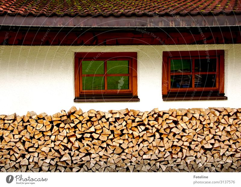 Holz vor der Hütte (II) Dorf Haus Einfamilienhaus Mauer Wand Fassade Fenster Dach nah Wärme braun rot weiß Brennholz Stapel Holzstapel winterfest Farbfoto