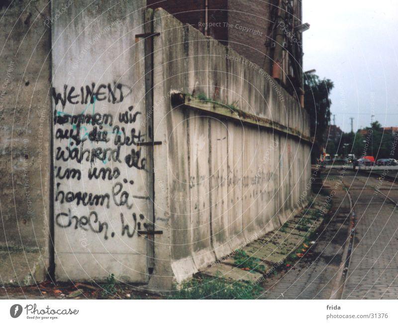 Mauerweisheit Einsamkeit Mauer Graffiti Architektur Text Umgebung Kunst Industrielandschaft