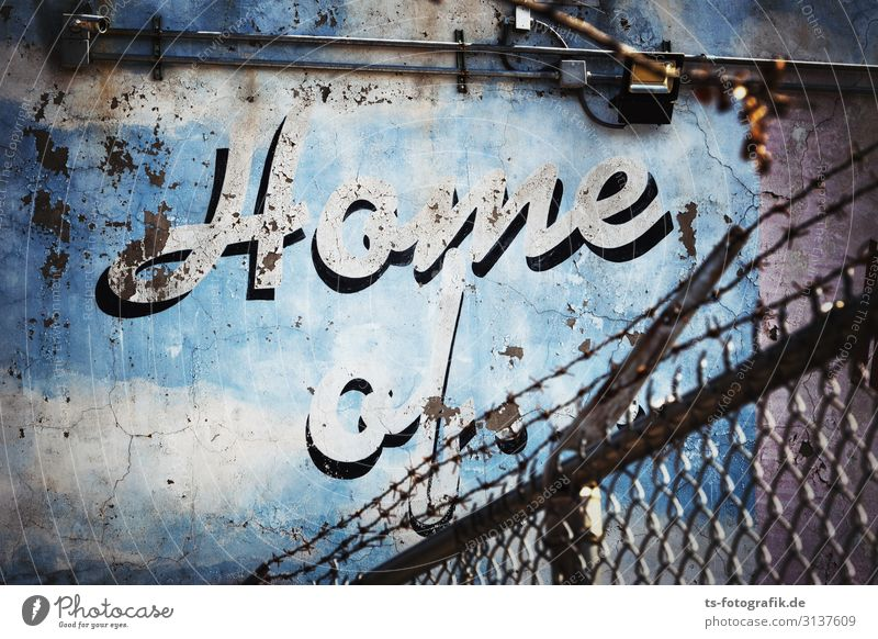 Home of the blaue Bröckel-Mauer New York City Menschenleer Bauwerk Gebäude Wand Fassade Zaun Maschendraht Maschendrahtzaun Beton Metall Zeichen Schriftzeichen