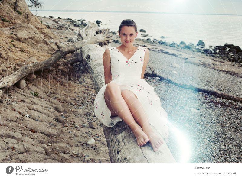 Junge Frau am Strand auf analogen Bild mit Lightleaks elegant Stil Freude schön Leben Sommer Sommerurlaub Baumstamm Meer Küste Jugendliche Beine 18-30 Jahre