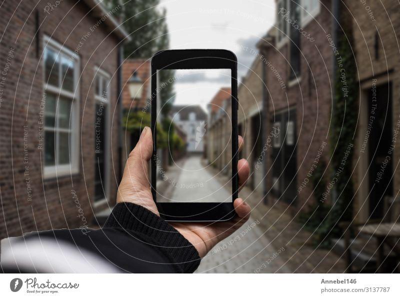 Hand haltend das schwarze Smartphone mit verschwommenem Bildschirm Dekoration & Verzierung Business Telefon PDA Fotokamera Technik & Technologie Internet Frau