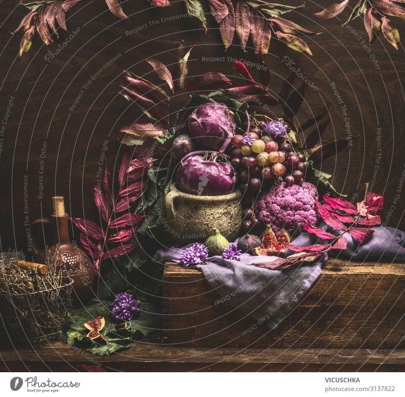Herbst Stillleben mit lila Obst und Gemüse Lebensmittel Design Gesunde Ernährung Häusliches Leben Tisch Küche Aubergine Vase violett Weintrauben Kohlrabi Feige