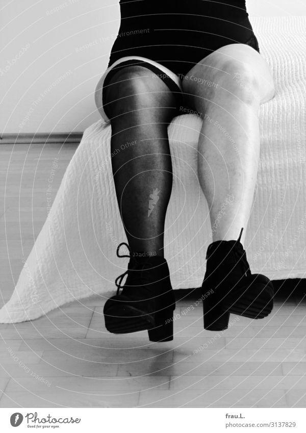 Beine Bett feminin Weiblicher Senior Frau Fuß 1 Mensch 60 und älter Strümpfe Stiefel sitzen alt frech frei einzigartig grau schwarz weiß Freude Body Decke