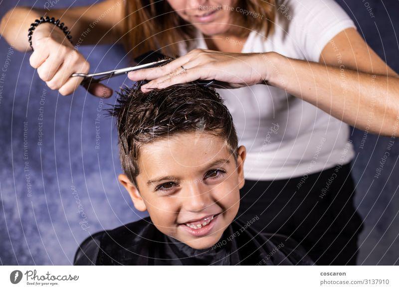 Der schöne Junge lässt sich mit der Schere die Haare schneiden. Lifestyle Stil Haare & Frisuren Gesundheitswesen Kind Arbeit & Erwerbstätigkeit Beruf