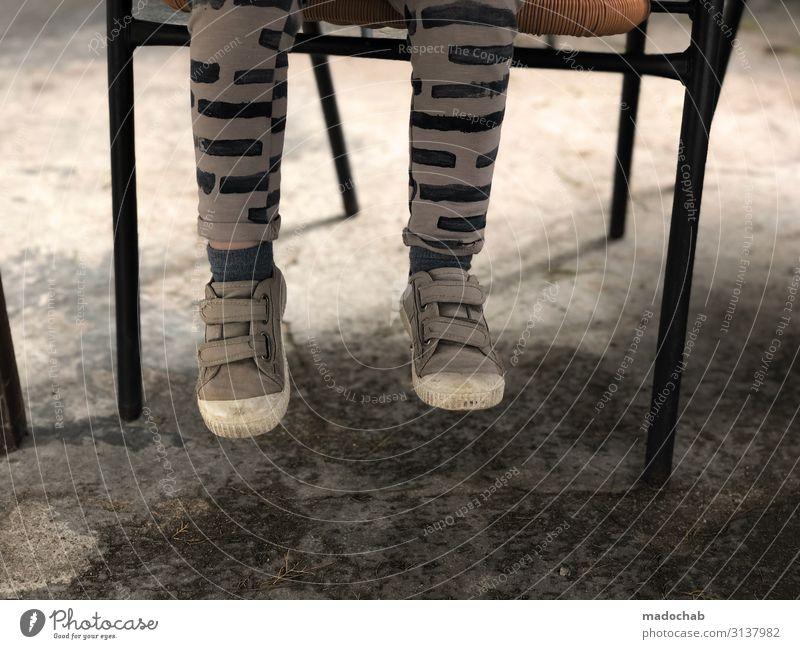 Zu kurz Lifestyle Mensch Kind Kleinkind Beine Fuß 1 sitzen warten trashig Einsamkeit Pause Schuhe baumeln Stuhl Farbfoto Gedeckte Farben Außenaufnahme