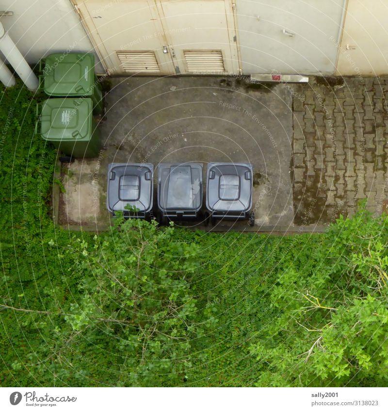 Mülltrennung... Haus Sauberkeit unten Stadt grau grün Reinlichkeit Ordnung Umweltschutz Müllverwertung Müllbehälter Hinterhof Deutsch Recycling Farbfoto