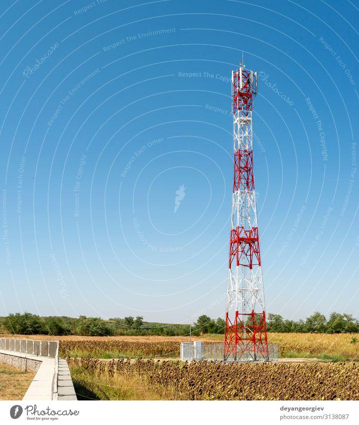 5G-Antenne für die schnelle Internetverteilung. 5G Repeater Industrie Telekommunikation Telefon Handy Technik & Technologie Himmel Fluggerät Linie Kommunizieren