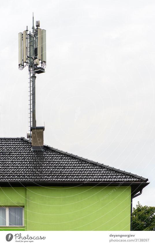 5G-Antennen auf der Oberseite des Hauses. Antennen und Sender auf dem Dach. Industrie Telekommunikation Telefon Handy Technik & Technologie Internet Fluggerät