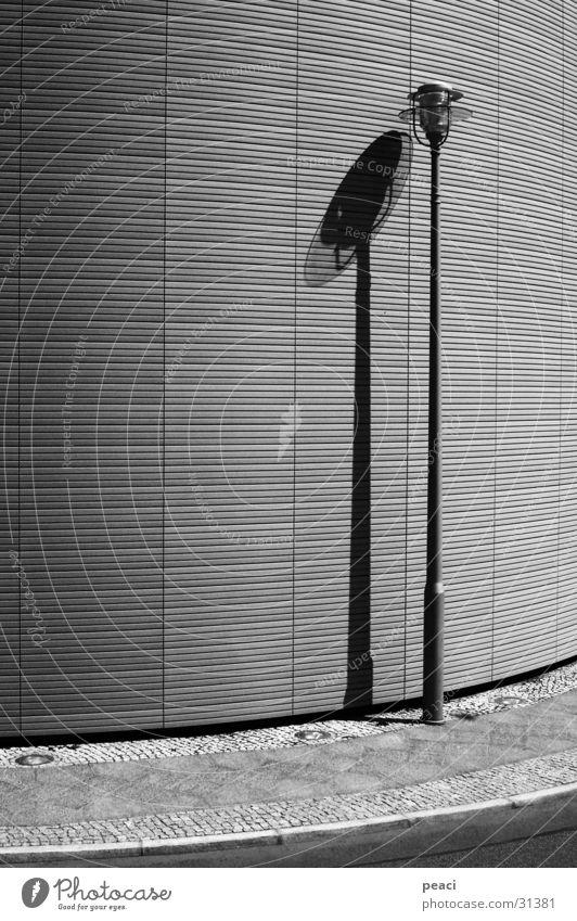 Einsame Laterne Einsamkeit trist Straßenbeleuchtung Lampe Architektur Kurve Schatten