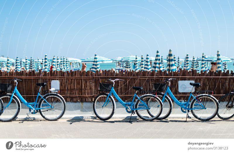 Fahrradverleih am Strand. Blaue Fahrräder auf der Straße. Lifestyle Erholung Freizeit & Hobby Ferien & Urlaub & Reisen Tourismus Sport Verkehr Fahrzeug blau