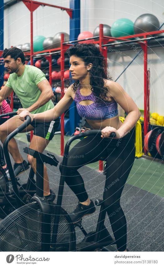 Sportlerin beim Airbikefahren im Fitnessstudio Lifestyle Körper Ball Mensch Frau Erwachsene authentisch Luftrad Training durchkreuzen passen Sporthalle