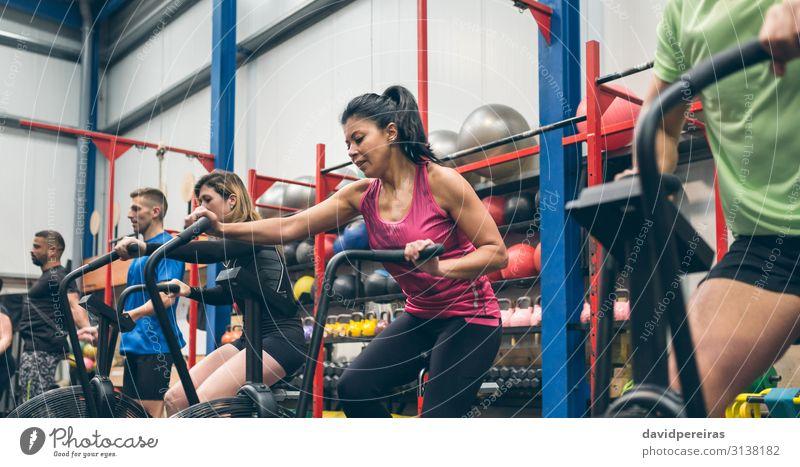 Athleten, die Indoor Airbike fahren Lifestyle Sport Ball Mensch Frau Erwachsene Mann Menschengruppe Fitness authentisch anstrengen Luftrad Training durchkreuzen