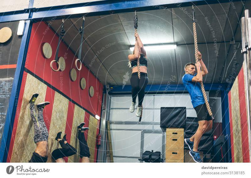 Gruppentraining an der Box Lifestyle Sport Mensch Frau Erwachsene Mann Menschengruppe Fitness sportlich authentisch stark anstrengen Kletterseil Kasten