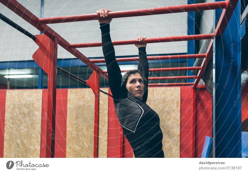 Sportlerin beim Training an Affenstangen Lifestyle schön Körper Mensch Frau Erwachsene brünett Fitness sportlich authentisch stark Sporthalle Bar Cross-Training