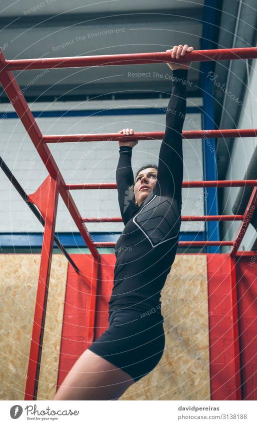 Sportlerin beim Training an Affenstangen Lifestyle schön Körper Mensch Frau Erwachsene brünett Fitness sportlich authentisch stark Bar Cross-Training