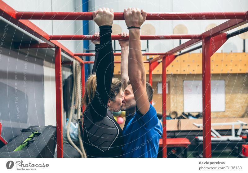 Athleten, die sich beim Training an Affenstangen küssen. Lifestyle Körper Sport Mensch Frau Erwachsene Mann Paar Fitness Küssen Liebe sportlich authentisch