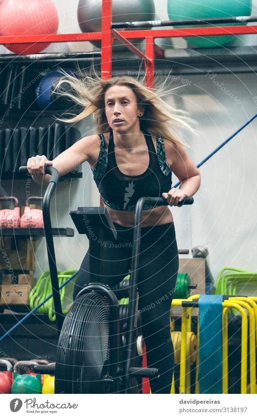 Sportlerin beim Airbikefahren im Fitnessstudio Lifestyle Körper Ball Mensch Frau Erwachsene authentisch anstrengen Luftrad Training Kraft Sporthalle