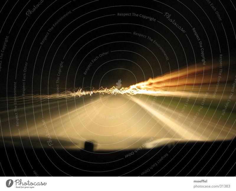 long hard road Licht Wellen Nacht Langzeitbelichtung Straße leuchtpfosten PKW