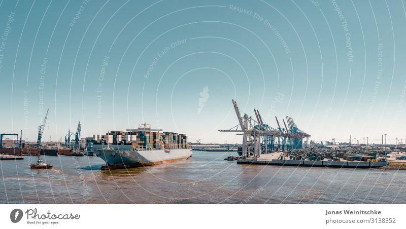 Großes Containerschiff am Terminal Industrie Klimawandel Schönes Wetter Fluss Elbe Hamburg Hafenstadt Bauwerk Sehenswürdigkeit Schifffahrt Passagierschiff