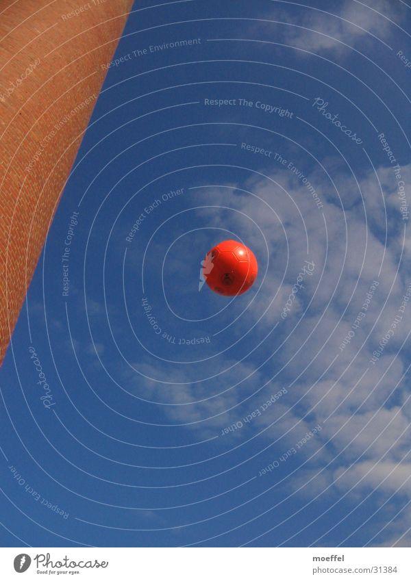 flying ball Wolken Sport Himmel Schornstein Froschperspektive Fußball rot-schwarz 1 fliegend Textfreiraum unten Textfreiraum oben rund Außenaufnahme