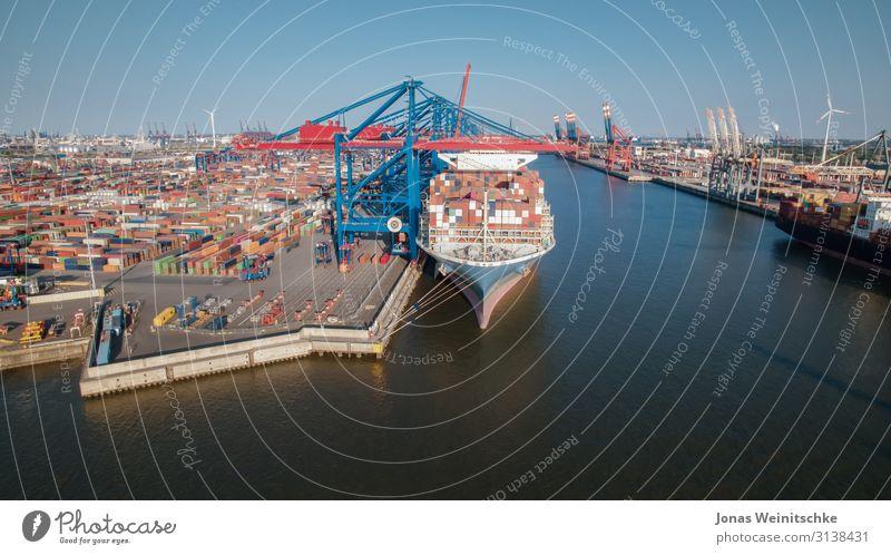 Containerterminal aus der Luft groß Brücke Industrie Hamburg Hafen viele Schifffahrt Windkraftanlage Anlegestelle Mobilität Klimawandel Windrad Elbe industriell