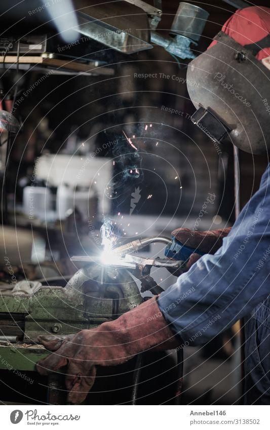 Schweißer schweißt Metallteile in der Garage. Arbeit & Erwerbstätigkeit Beruf Arbeitsplatz Fabrik Industrie Werkzeug Technik & Technologie Mann Erwachsene Stahl