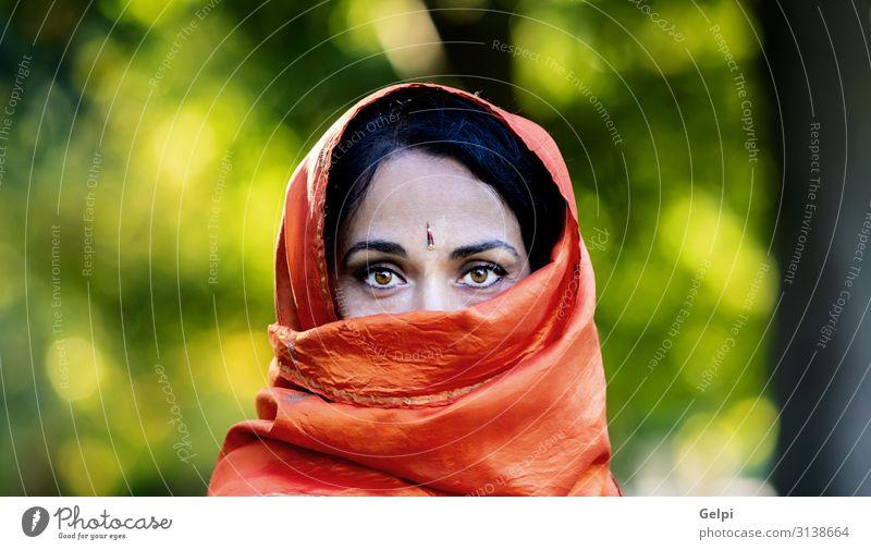 Schönes Mädchen mit einem orangefarbenen Schal im Park. Lifestyle schön Gesicht Krankheit Mensch Frau Erwachsene Kultur Mode Bekleidung Kopftuch brünett Sorge