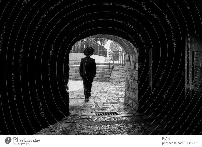 Pfad Gottes maskulin Mann Erwachsene Rücken 1 Mensch Jerusalem Israel Stadt Altstadt Tor Mauer Wand Tür Tunnel Anzug Hut Stein Freude Leichtigkeit Spaziergang