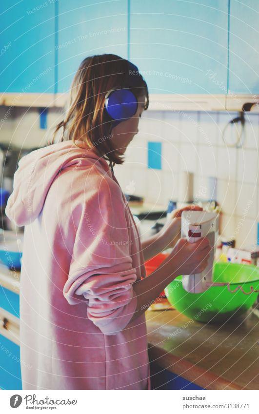 jugendliche steht in der küche und backt einen kuchen backen kochen & garen Mädchen Jugendliche Teenager Haushaltsführung Essen zubereiten Handrührgerät Mixer