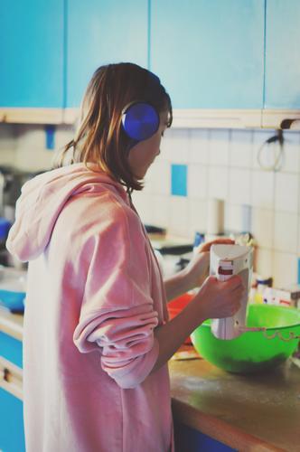 keksebäckerin backen kochen & garen Mädchen Jugendliche Teenager Haushaltsführung Essen zubereiten Handrührgerät Mixer Elektrisches Küchengerät