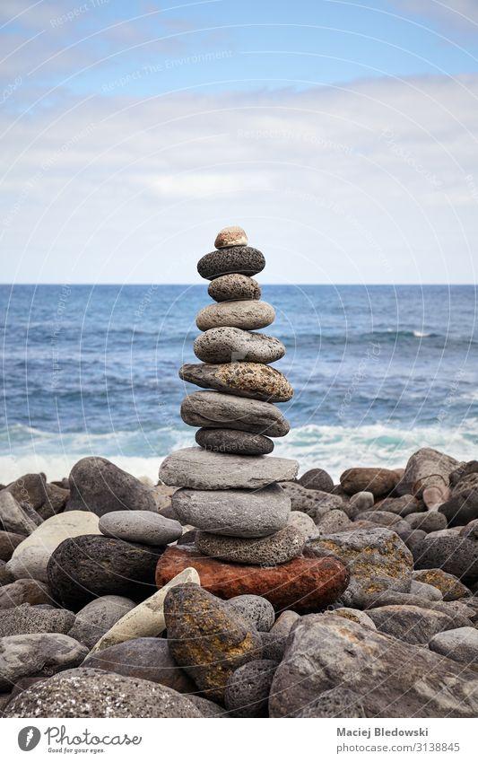 Steinstapel am Strand, Balance- und Harmoniekonzept. Lifestyle Alternativmedizin Wellness harmonisch Wohlgefühl Zufriedenheit Erholung Meditation Meer Natur