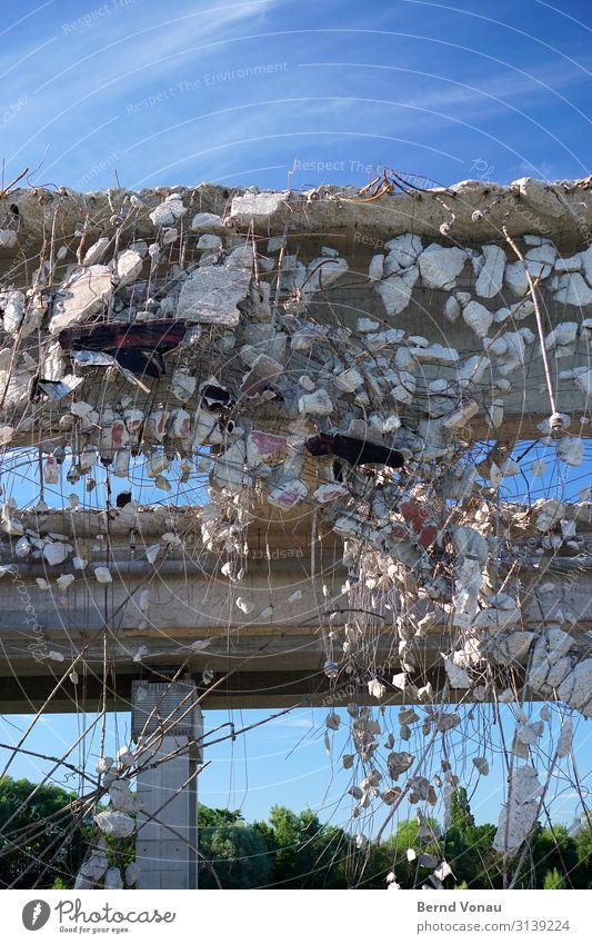 stopmotion blau Stein grau Verkehr Brücke Beton Verkehrswege Autobahn hängen Renovieren Rest Recycling Demontage Erneuerung Bruch gewaltig