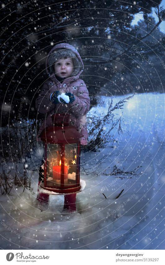 Weihnachtslampe mit Glas und Kerze innen in der Nacht Winter Schnee Dekoration & Verzierung Lampe Weihnachten & Advent Kind Schneefall Baum alt dunkel neu blau