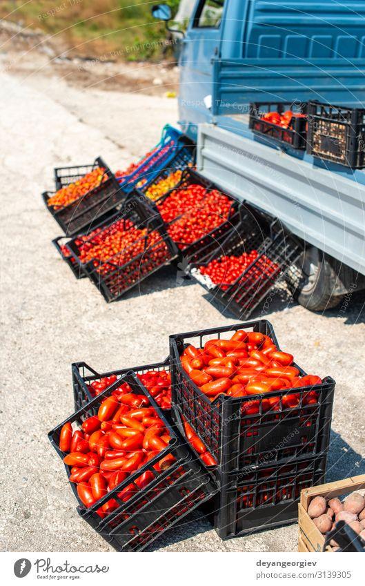 Kleiner italienischer Apo-Truck mit Tomaten. Bauer Verkauf Tomaten Lebensmittel Gemüse Frucht Vegetarische Ernährung kaufen Business Marktplatz Straße stehen