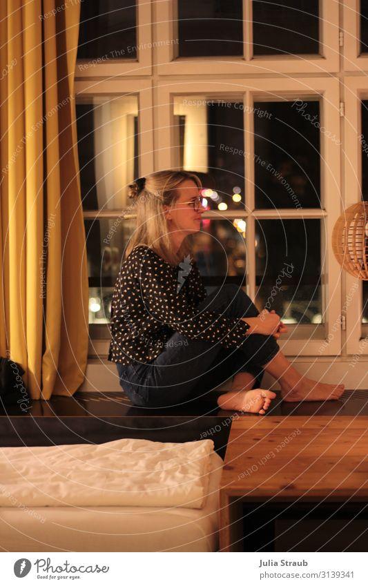 Frau Altbauwohnung minimalistisch Berlin Mensch Jugendliche schön Fenster 18-30 Jahre Erwachsene Wärme gelb feminin klein Häusliches Leben Wohnung gold blond