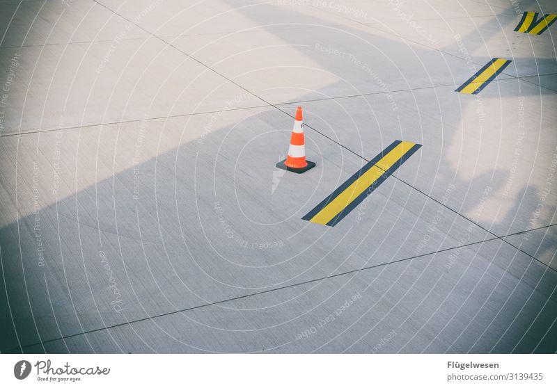 Flughafen fliegen Flugzeug rollbahn startbahn Schatten Markierungslinie Fahrbahnmarkierung Kegel