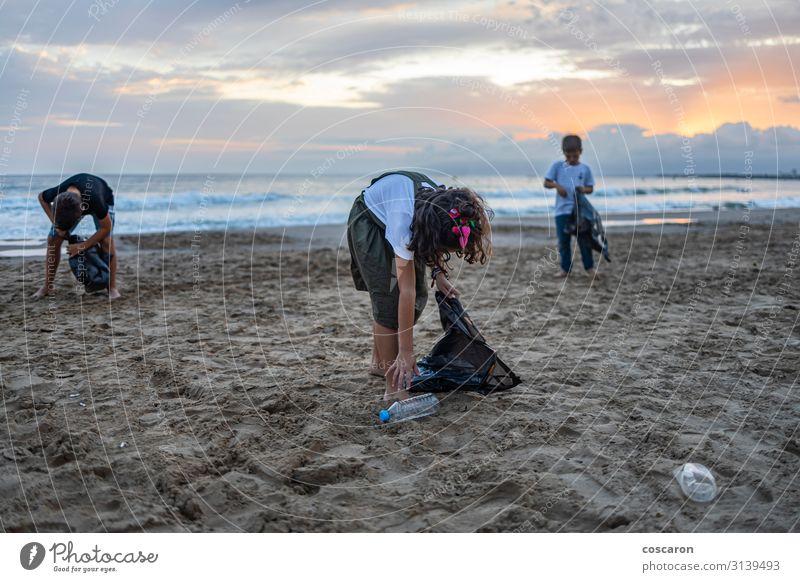 Kind Mensch Ferien & Urlaub & Reisen Natur Sommer grün Hand Meer Wolken Strand Umwelt Küste Glück Junge Zusammensein Erde
