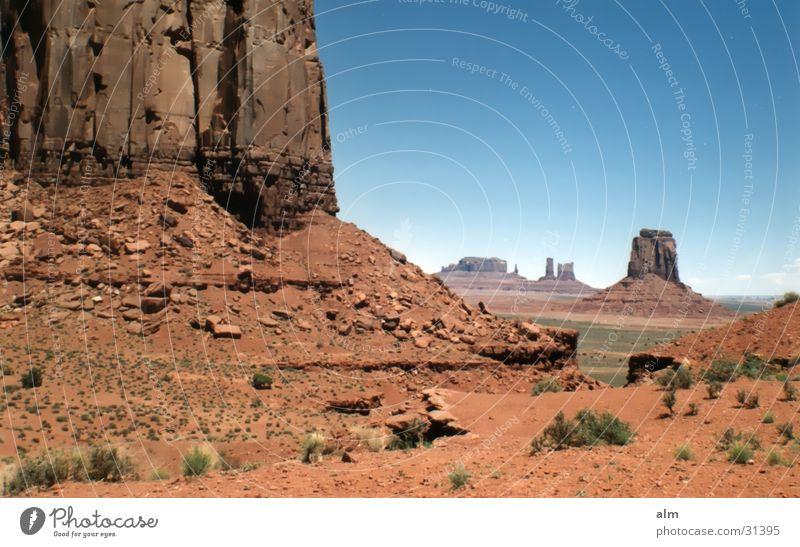 mon.vally Blauer Himmel Natur USA Monument Valley Klarer Himmel Denkmal monumental Erde Wüste Gesteinsformationen Bekanntheit Ausflugsziel Attraktion