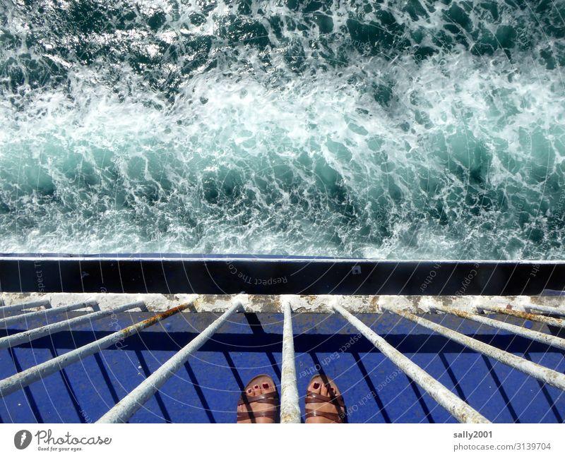 Urlaubsende... Mensch feminin Frau Erwachsene Fuß 1 Sommer Wellen Schifffahrt Kreuzfahrt Passagierschiff Fähre Wasserfahrzeug Sandale beobachten