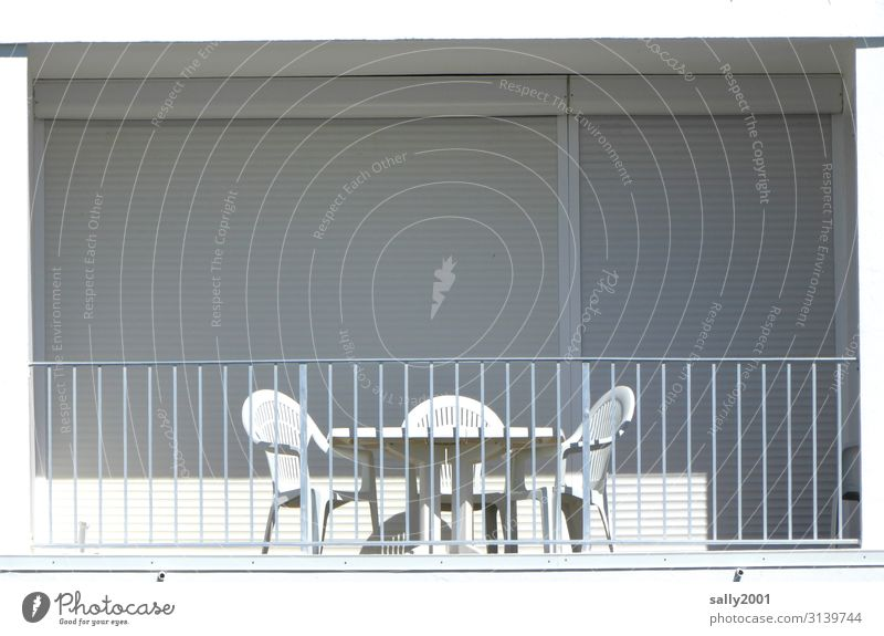 Ferien beendet, Ferienwohnung verlassen, Jalousien geschlossen, nur die weiße Balkonsitzgruppe wäre bereit... leer Sitzgruppe Plastikstuhl trist Sonnenlicht