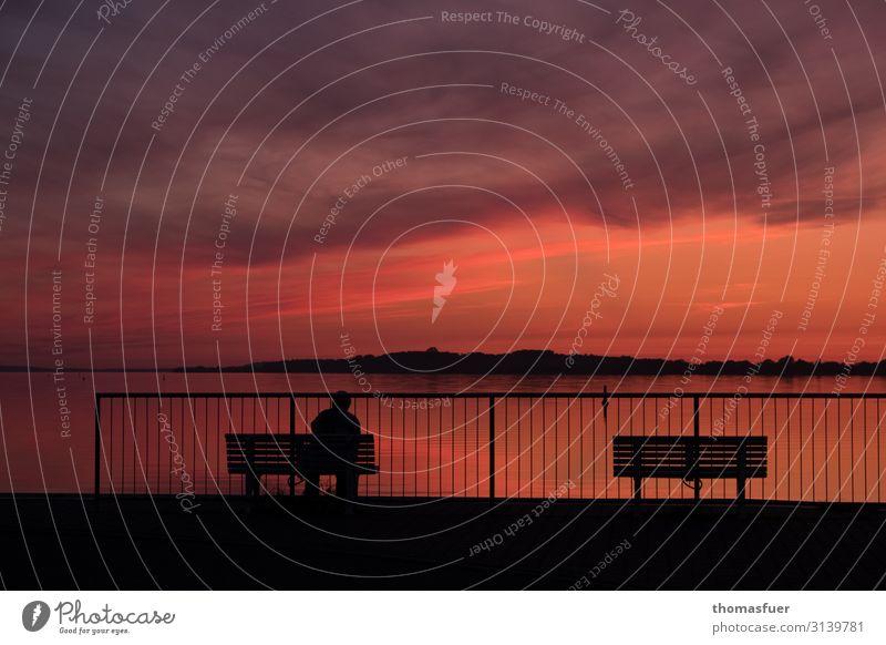 Abendrot am Meer mit Bank und 1 Person Ferien & Urlaub & Reisen Ferne Sommer Sonne Strand Mensch Landschaft Himmel Wolken Horizont Sonnenaufgang Sonnenuntergang