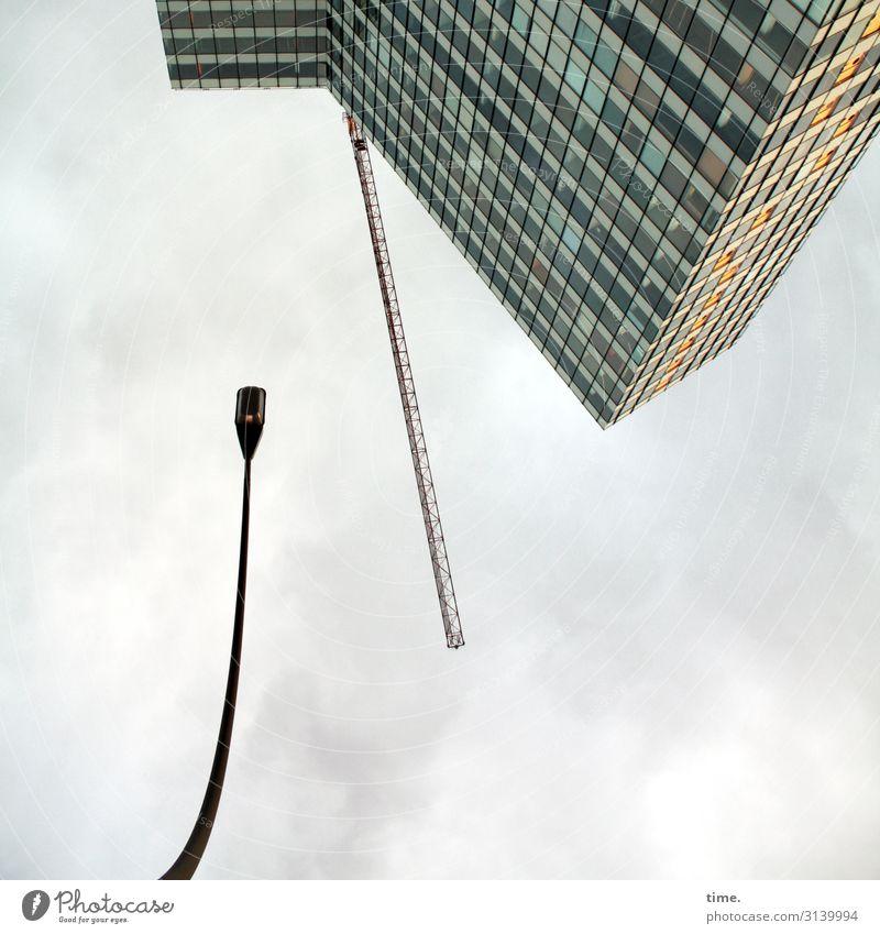 Halswirbelsäulentraining (I) Himmel Stadt Wolken Ferne Architektur Wand Zeit Mauer Fassade Arbeit & Erwerbstätigkeit Wetter Hochhaus Perspektive hoch