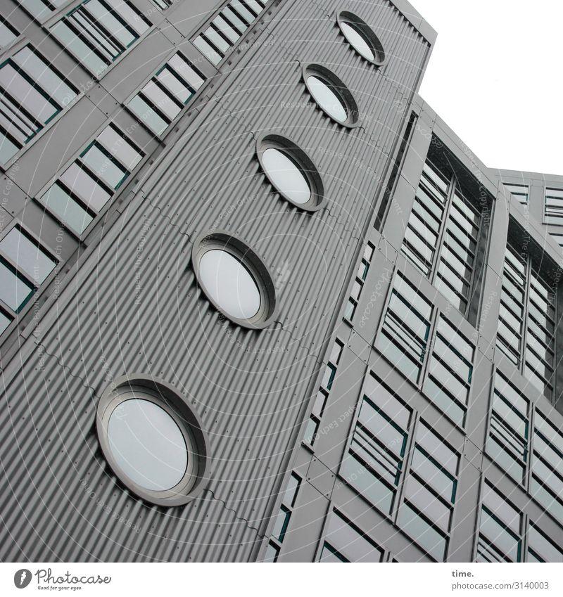 Halswirbelsäulentraining (V) Hamburg Stadtzentrum Haus Hochhaus Bauwerk Gebäude Architektur Mauer Wand Fassade Fenster Glas Metall Linie Streifen eckig hoch