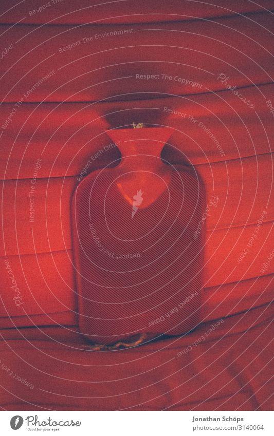 rote Wärmflasche auf rotem Sessel Haus Erholung ruhig Gesundheit Wärme Gesundheitswesen retro ästhetisch Warmherzigkeit Wohlgefühl harmonisch heiß nah Krankheit